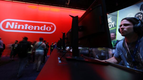An attendee plays a video game next to the Nintendo booth at the E3 2017 Electronic Entertainment Expo in Los Angeles, California, U.S. June 13, 2017 - Sputnik France