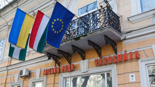 Флаги Венгрии, Украины и Евросоюза в украинском городе Берегово, где проживают закарпатские венгры - Sputnik France