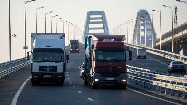 Грузовые машины на Керченском мосту, где были сняты ограничения на движение фур свыше 3,5т - Sputnik France