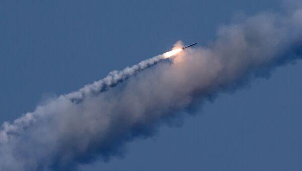 Un tir de missile Kalibr contre des positions terroristes en Syrie - Sputnik France