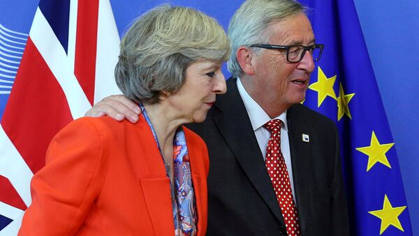 British Prime Minister Theresa May (L) is welcomed by European Commission President Jean-Claude Juncker at the EC headquarters in Brussels, Belgium October 21, 2016. - Sputnik France