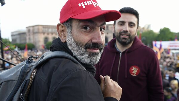 Leader of the My Step opposition movement Nikol Pashinyan, left, at a rally on Republic Square in Yerevan - Sputnik France