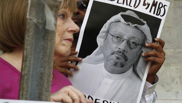 Manifestante avec un portrait de Jamal Khashoggi - Sputnik France