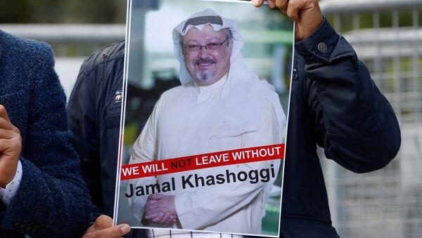 Activista con la foto del periodista desaparecido, Jamal Khashoggi - Sputnik France