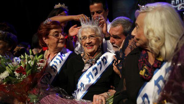 Holocaust survivor Tova Ringer, 93, reacts after winning the annual Holocaust survivors' beauty pageant in Haifa, Israel October 14, 2018. - Sputnik France