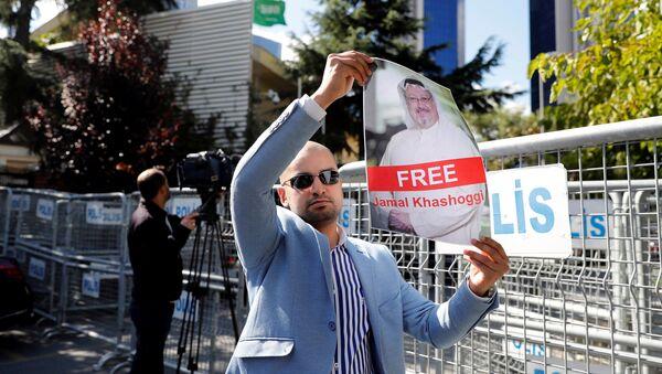 Un activista con la foto del periodista desaparecido, Jamal Khashoggi - Sputnik France
