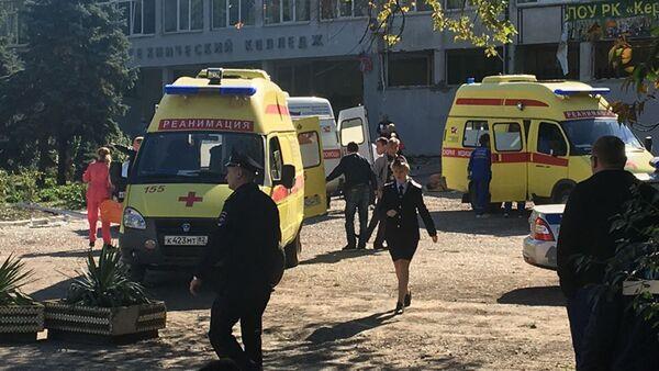 A l'entrée du lycée polytechnique de Kertch, lieu de la tuerie - Sputnik France