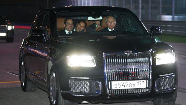 Vladimir Poutine et Abdel Fattah al-Sissi testent une limousine russe haut de gamme - Sputnik France