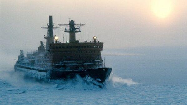 Un brise-glace parcourt la Route maritime du Nord - Sputnik France