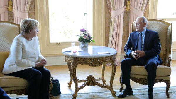 Angela Merkel et Vladímir Poutine lors d'une rencontre, le 27 octobre 2018 - Sputnik France