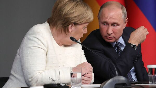 Russian President Vladimir Putin and German Chancellor Angela Merkel during a press conference following the Russia-France-Germany-Turkey summit on Syria in Istanbul on October 27, 2018. - Sputnik France