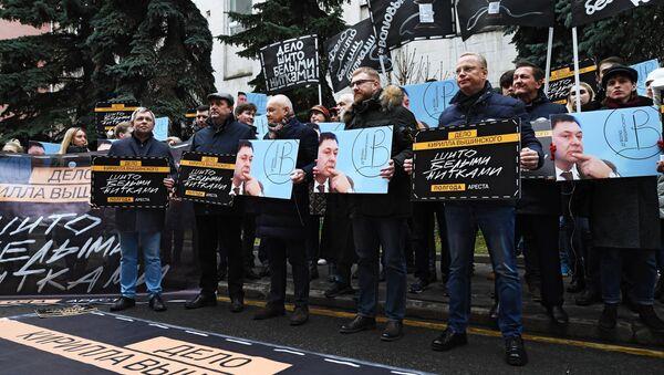 «Cousu de fil blanc»: une action de solidarité avec le journaliste Vychinski à Moscou - Sputnik France