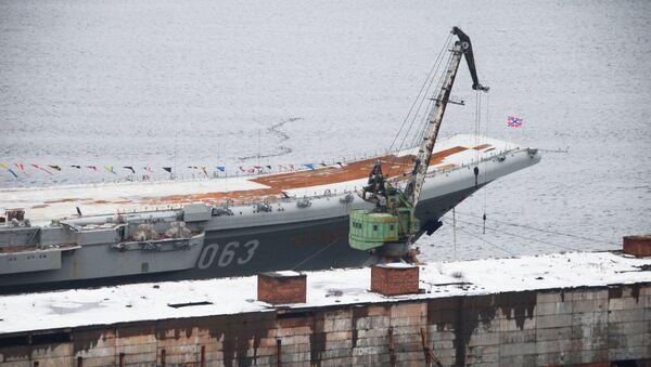L'Amiral Kouznetsov amarré à un quai du 35e chantier naval de Mourmansk - Sputnik France