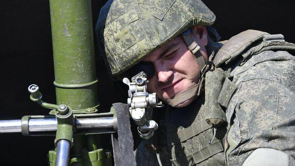 Un militaire russe tenant un mortier de 82 mm lors d'exercices - Sputnik France