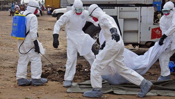 Travailleurs du domaine de la santé portent le corps d'une victime présumée d'Ebola (archives) - Sputnik France