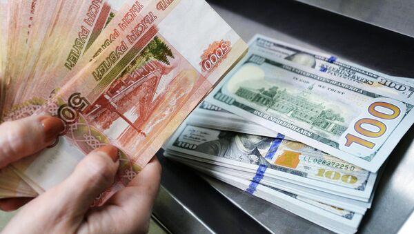 Доллары США и рубли в кассе по обмену валют в отделении Сбербанка в Казани. - Sputnik France