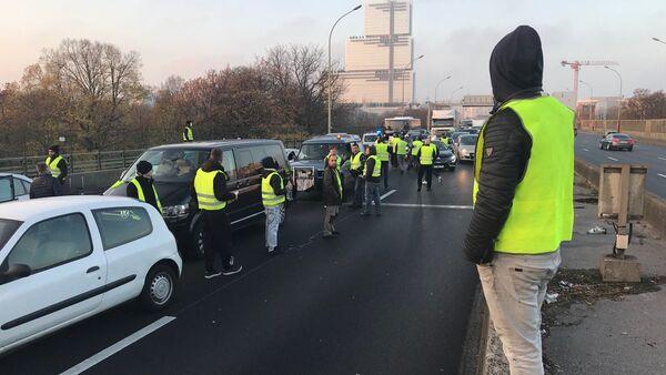 Les «gilets jaunes» organisent des blocages routiers à travers la France - Sputnik France