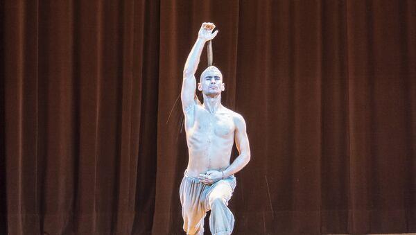 Nurbek Batulla, dans une danse « L'appel du commencement, Alif» - Sputnik France