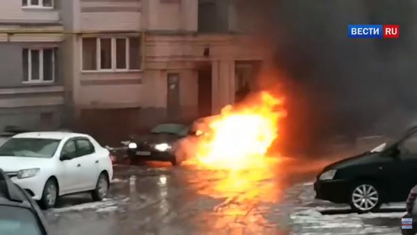 Endormi au volant, un conducteur ivre a failli brûler dans sa BMW - Sputnik France
