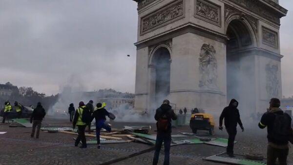 Les gilets jaunes près de l'Arc de Triomphe: des décombres qui brulent, des barricades qui se forment - Sputnik France