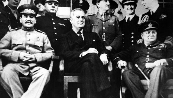 Председатель СССР Иосиф Сталин, президент США Франклин Рузвельт и премьер-министр Великобритании Уинстон Черчилль на Тегеранской конференции, 1943 год - Sputnik France