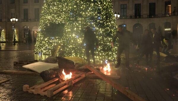 Barricades en feu pres de l'arbre de Noël, place Vendôme - Sputnik France