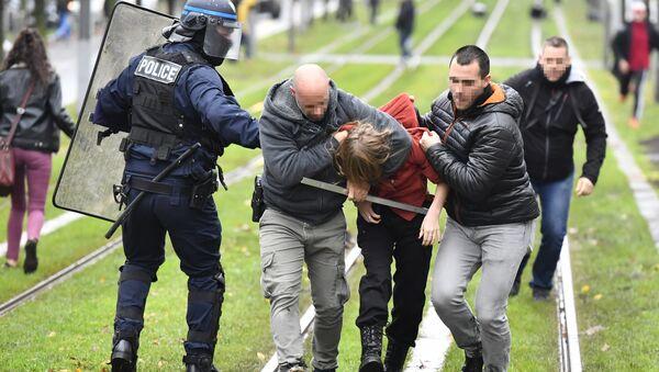 Des affrontements  entre lycéens et forces de l'ordre à Bordeaux le 3 décembre 2019 - Sputnik France