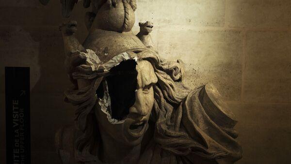Sculpture cassée de Marianne, symbole de la République française, à l'intérieur de l'Arc de Triomphe. - Sputnik France