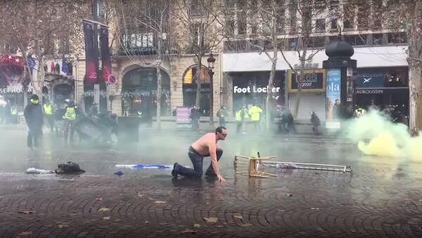 Il enlève son «gilet jaune» pour profiter de la douche devant un canon à eau, 24 novembre 2018 - Sputnik France