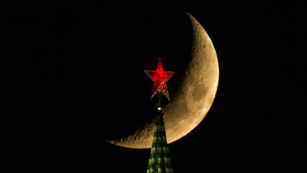 The Moon over the Moscow Kremlin's Spasskaya (Savior) Tower - Sputnik France