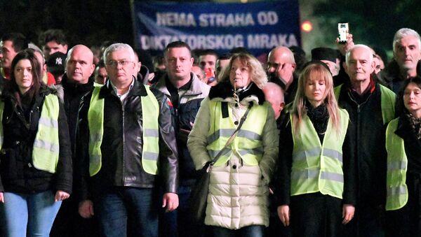 L'opposition revêt des gilets jaunes pour manifester au Monténégro - Sputnik France