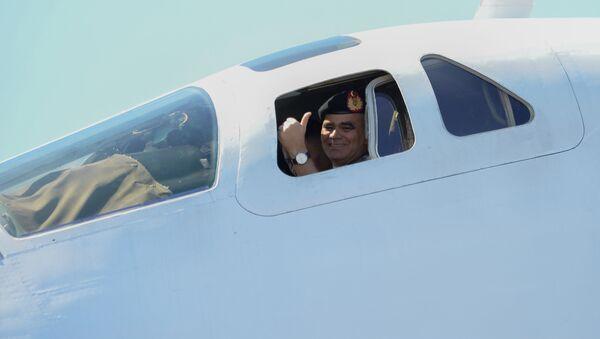 Министр обороны Венесуэлы Владимир Падрино Лопес в кабине бомбардировщика Ту-160 - Sputnik France