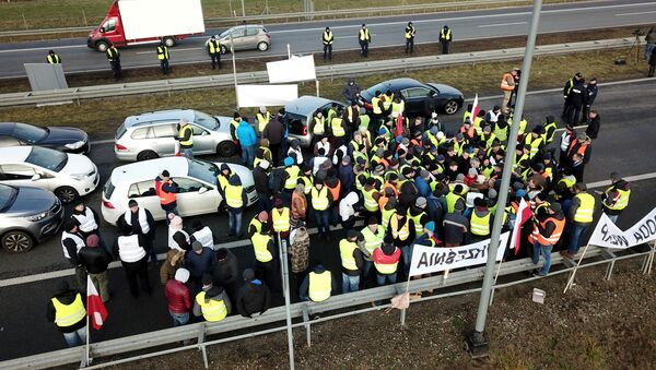 Polish farmers, wearing yellow vests like French protesters, block the A2 motorway in direction of Warsaw on December - Sputnik France