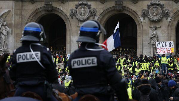 La police devant les Gilets jaunes sur la place de l'Opéra (15 décembre 2018) - Sputnik France