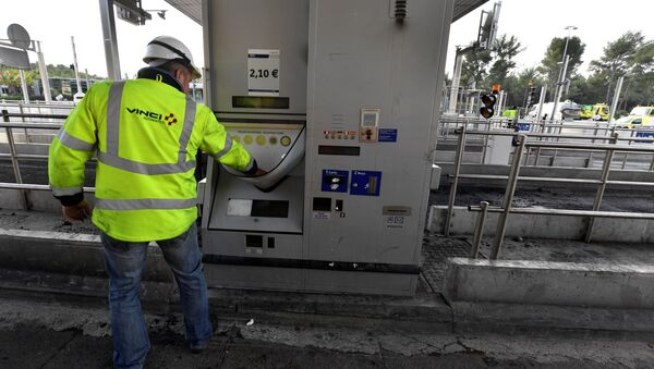 A worker of French construction group Vinci looks at a damaged payment booth a day after the highway toll was set on fire on December 18, 2018 in Bandol, near Marseille - Sputnik France