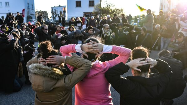 High school students re-enact an arrest during a demonstration in Mantes-la-Jolie on December 12, 2018, in support of the high-school students who were arrested in the Paris suburb - Sputnik France