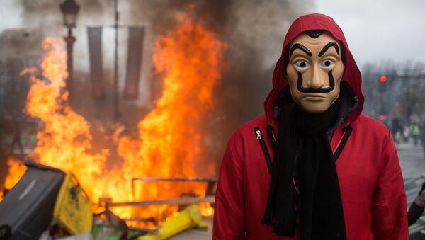 Un homme portant un masque - Sputnik France