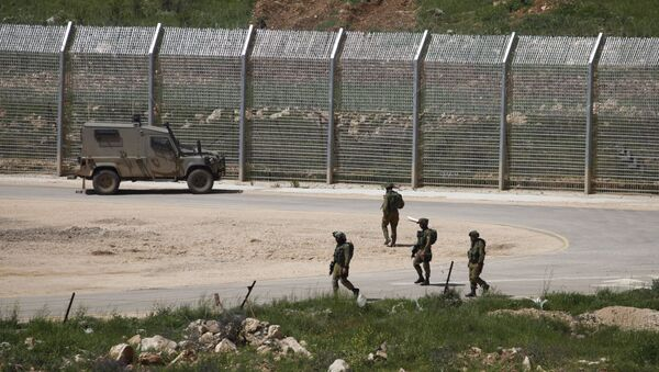 Israeli soldiers walk near a fence in the Israeli occupied Golan Heights on the border with war-torn Syria - Sputnik France