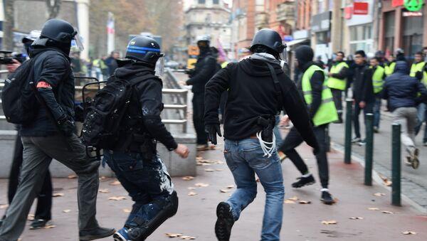 Des policiers en civil lors d'une manifestation des Gilets jaunes à Toulouse, le 15 décembre 2018 - Sputnik France