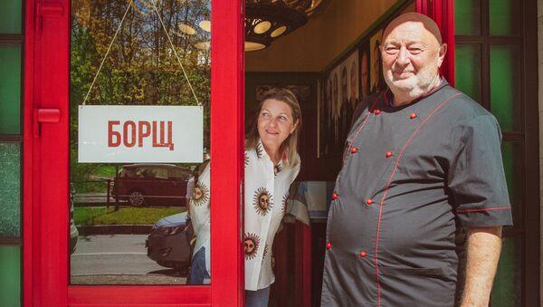 Le restaurateur Serguei Gutzeit au seuil de son restaurant Bortsch - Sputnik France