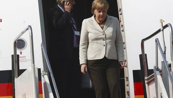 Merkel steigt aus einem Flieger aus  - Sputnik France