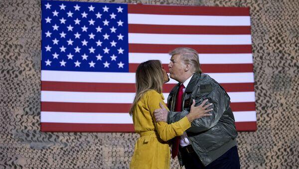 President Donald Trump kisses first lady Melania Trump during a hanger rally at Al Asad Air Base, Iraq, Wednesday, Dec. 26, 2018 - Sputnik France