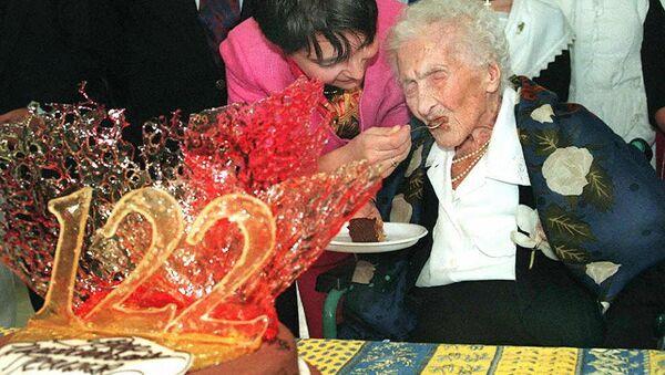 Jeanne Calment, Arlesienne et doyenne de l'humanité, qui fête son 122e anniversaire déguste du gâteau au chocolat que lui offre sa curatrice Marie Pierre Maraini - Sputnik France