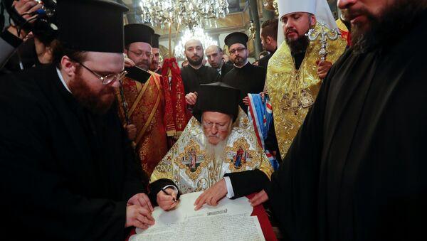 Le patriarche de Constantinople Bartholomée signe le tomos d'autocéphalie de l'Église ukrainienne - Sputnik France