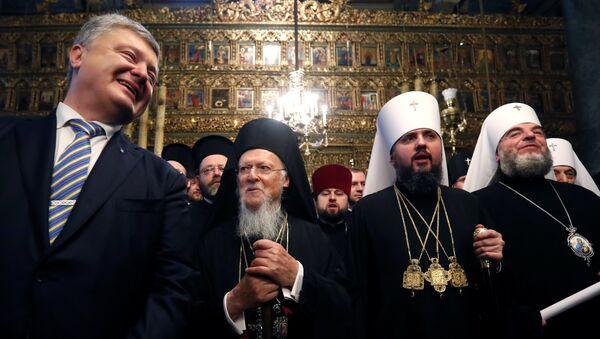 Le Président ukrainien et le patriarche Bartholomée  lors de la cérémonie de signature du tomos accordant l'autocéphalie à l'Église orthodoxe d'Ukraine - Sputnik France