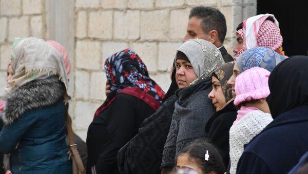 Des Syriens ayant emprunté le couloir humanitaire dans le gouvernorat d'Idlib - Sputnik France