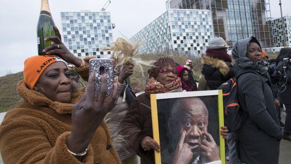 Les Ivoiriens se félicitent de l'acquittement de l'ancien président ivoirien Laurent Gbagbo inculpé depuis 2011 pour «crimes contre l'humanité».  La Cour pénale internationale (CPI), La Haye, le 15 janvier 2019 - Sputnik France