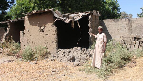 Abdoulaye Mahamat, 82 ans, déplacé de retour à Limani, Cameroun, nous montre une maison détruite par Boko Haram. - Sputnik France