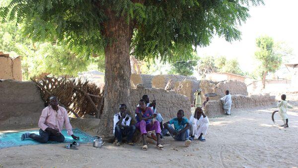 Des enfants sous un arbre à Limani, Cameroun - Sputnik France