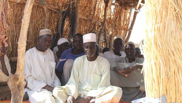 Des hommes assis dans un arbri en matériau provisoire au camp des déplacés de Igawa Mémé, Extrême-Nord, Cameroun - Sputnik France
